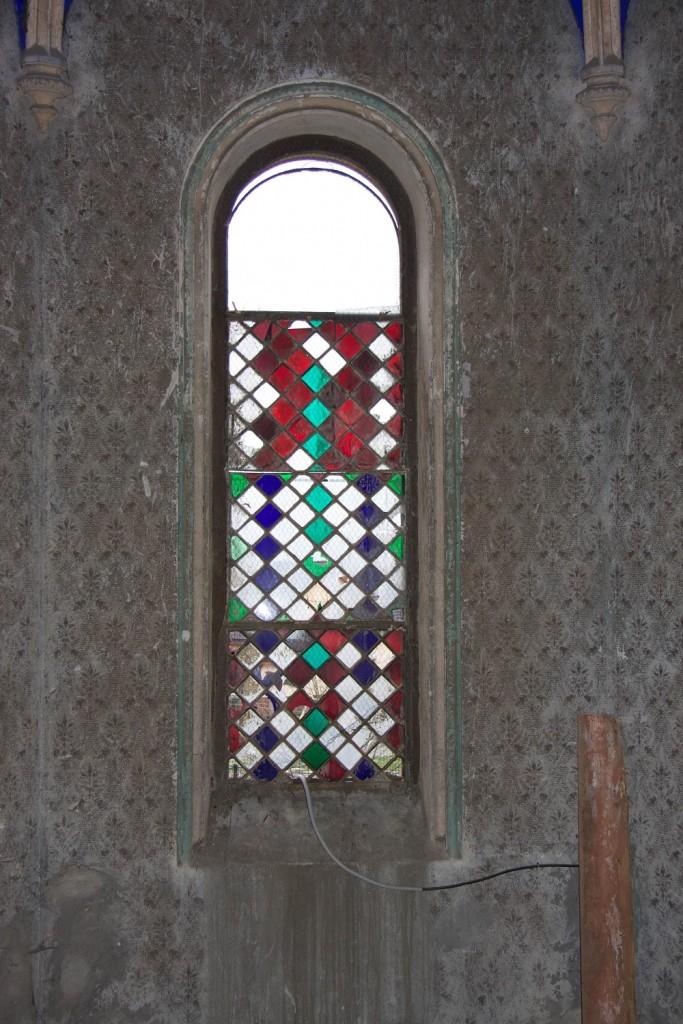 okno 7b - jv okenná výplň svätyne interiér
