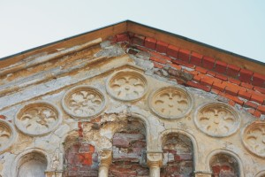 Deštrukcie omietok v hornom štíte hlavného priečelia. Podstrešná rímsa bola v pravej časti domurovaná pri rekonštrukcii strechy v roku 2009.
