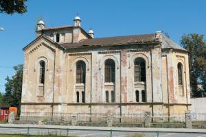 Pohľad na bočnú fasádu synagógy. Stav z leta 2009.