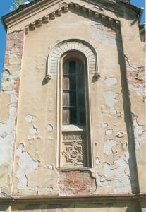 Štuková výzdoba okenného otvoru severozápadného schodiska. Napriek zvetraniu omietkovej vrstvy je štuková výzdoba dobre zachovaná.