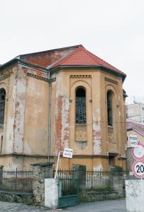 Juhovýchodná fasáda – svätyňa. Strecha je po rekonštrukcii realizovanej v roku 2009.