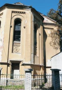 Juhojuhovýchodná a juhovýchodná stena svätyne. V juhojuhovýchodnej stene sa nachádza dverný otvor – vstup pre rabína. Ostenie je kamenné. Dverná výplň nie je zachovaná.