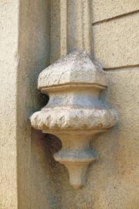 Štukové konzoly okien. Sú sekundárne preomietnuté tenkou vrstvou pačoku a natreté okrovým náterom.