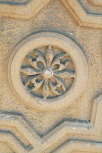 Štuková výzdoba okien je tvorená odliatkami z cementovej hmoty. Zložená je z viacerých častí.