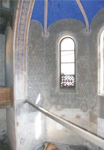 Výmaľba stien svätyne je do výšky 3 m preomietnutá tenkou vrstvou cementovej omietky, ktorá je pretretá bielym náterom.