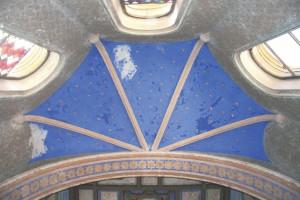 Na modrej výmaľbe klenby sú nalepené kartónové hviezdy s priemerom 10 cm.