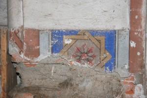 Dobre zachovaná šablónová výmaľba pásu steny medzi hlavnou sieňou a speváckou emporou.