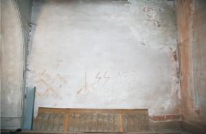 Steny speváckej empory sú sekundárne premaľované bielym náterom, ktorý je treťou výmaľbou. Pri juhozápadnej stene je odložené drevené zábradlie speváckej empory.