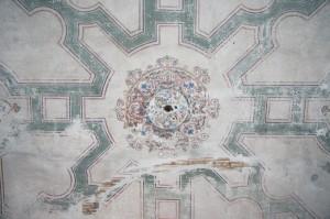 Strop speváckej empory. V strede je namaľovaná ružica. Na ružici je viditeľný odtlačok svietidla. Maľba je šablónový, namaľovaná na omietke nahodenej na doskovom strope s rákosom.