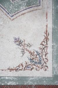 Detaily šablónovej výmaľby stropu speváckej empory.