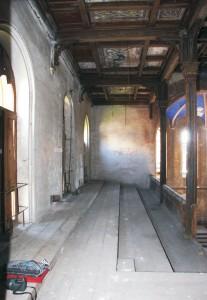 Pohľad na juhovýchodnú stenu severovýchodnej empory. Podlaha je stupoovitá, dosková. Dosky sú spájané perodrážkou.