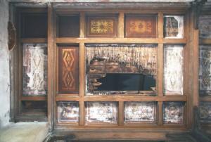 V tejto časti stropu sú kazety maľované na omietke a plechu. Plechy sú skorodované a korózia prestupuje cez výmaľbu. Výmaľba strednej kazety chýba. Rákos a podkladové dosky sú prehnité. Maľba v kazetách maľovaných na omietke je zachovaná na 40 %.